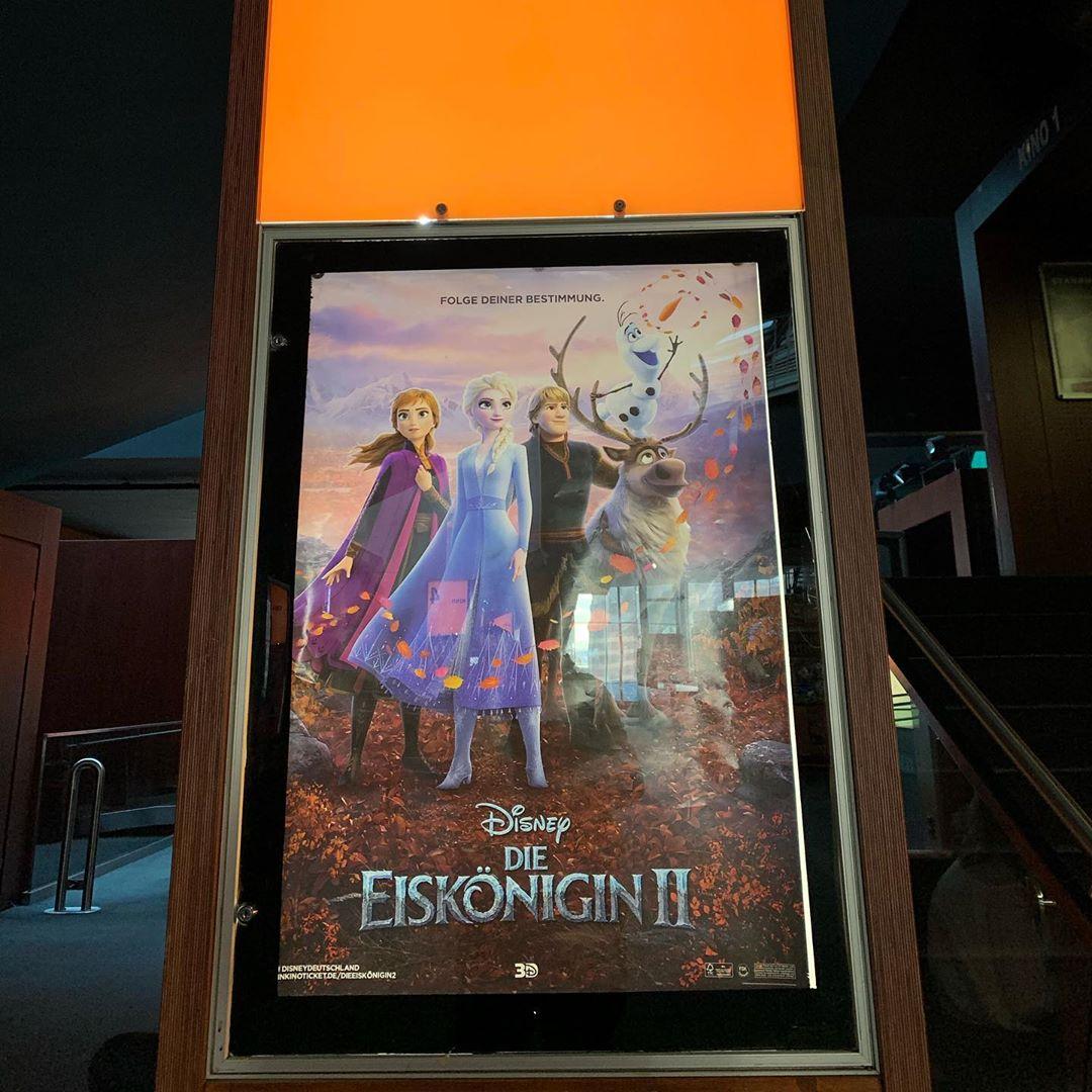Eine weitere Familien Tradition zu Weihnachten ist für uns der Kinobesuch am 24. diese Jahr war es @disneyfrozen 2 .. guter Film, kommt imho aber nicht an den ersten Teil ran. Nun biegen wir noch ein paar Stunden runter bis die ersten 🎁 geöffnet werden #weihnachten #kino #disneyfrozen #tradition #family