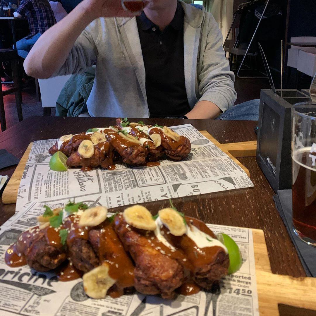 Awesome #wings #burger und #cheesecake @addictedtorock_barburger 💪🏼 🍔🍗 immer wieder gut und das Rote Ottakringer von der @ottakringerbrauerei ist immer wieder fantastisch