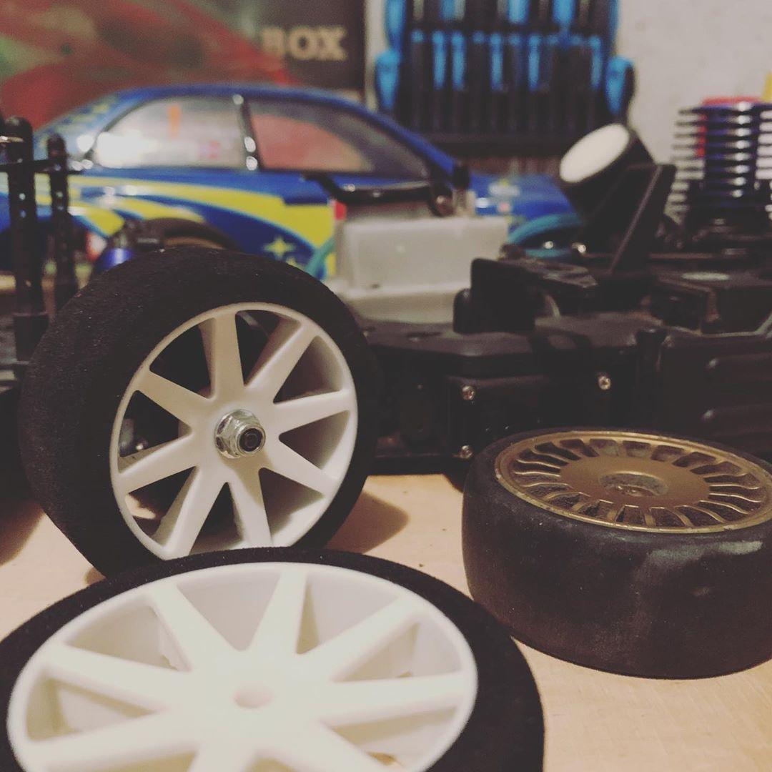 Endlich den fehlen Teil im #nitrorc verbaut. Jetzt noch die Reifen wechseln und schon kann's auf die Piste gehen #kyosho